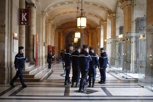 Gendarmes dans le hall du palais de justice, le 30 mars, alors que le djihadiste présumé Reda Kriket  est interrogé par un magistrat.