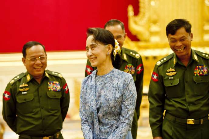 Empêchée de devenir présidente en raison d'une Constitution héritée de la junte, Aung San Suu Kyi avait annoncé qu'elle voulait être «au-dessus» du président.