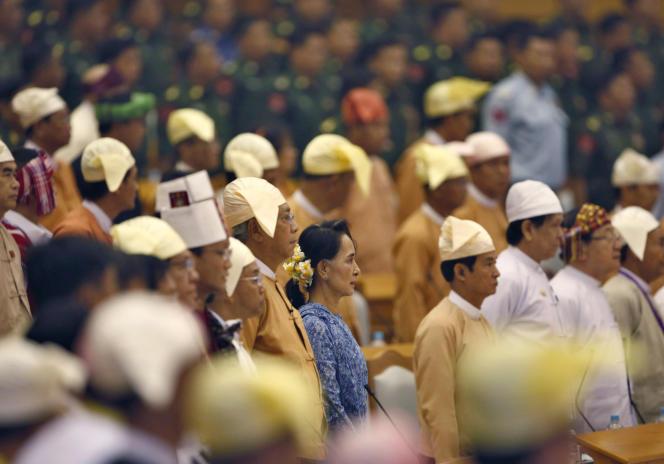 La prix Nobel de la paix Aung San Suu Kyi (au centre), nouvelle ministres des affaires étrangères et porte-parole de la présidence, et le nouveau président birman Htin Kyaw (à sa gauche), lors de la cérémonie où ce dernier a prêté serment. Le mercredi 30mars, à Naypyidaw, en Birmanie.