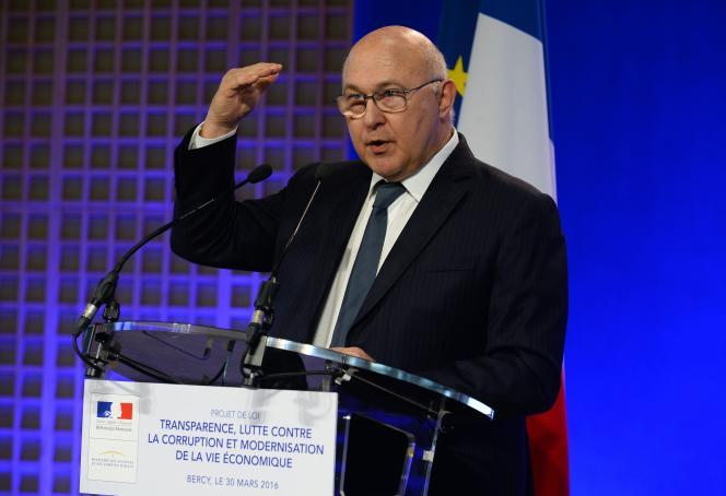 Le 30 mars, le ministre des finances Michel Sapin présente en conseil des ministres son projet de loi sur la transparence de la vie économique et la lutte contre la corruption.