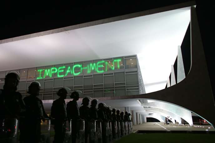 Des policiers gardent le palais présidentiel de Brasilia, sur lequel des manifestants ont projeté le mot «destitution», le 21mars.