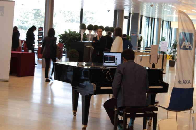 Dès le hall d'entrée de l'école, un piano à queue plante le décor.