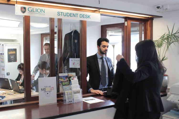 Un étudiant de Glion met à profit son cours de réceptionniste en servant, «pour de vrai», une étudiante souhaitant faire laver un tailleur.