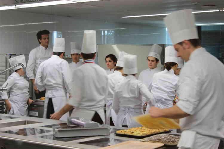 """Dans les cuisines du restaurant gastronomique  de l'école, le Berceau des sens, enseignent des chefs français sacrés """"meilleurs ouvriers de France""""."""