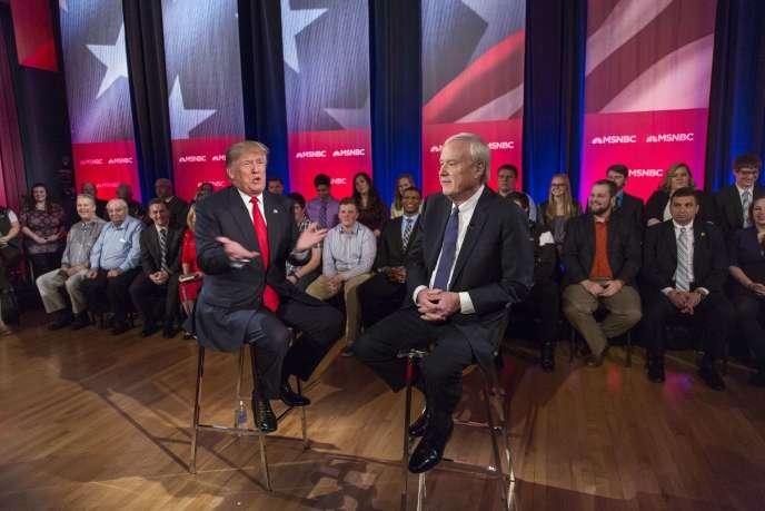 Le candidat à l'investiture républicaine Donald Trump face au journaliste Chris Matthews sur la chaîne MSNBC, lors d'un débat public à Green Bay, dans le Wisconsin, mercredi 30 mars 2016.
