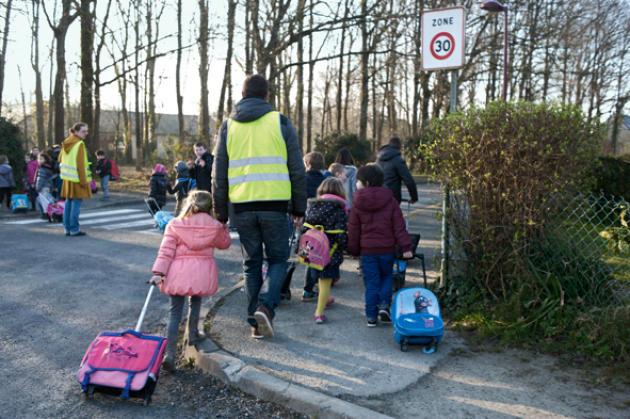 Un matin à Notre-Dame-des-Landes. Des enfants et leurs accompagnateurs rejoignent l'école Marcel-Pagnol.