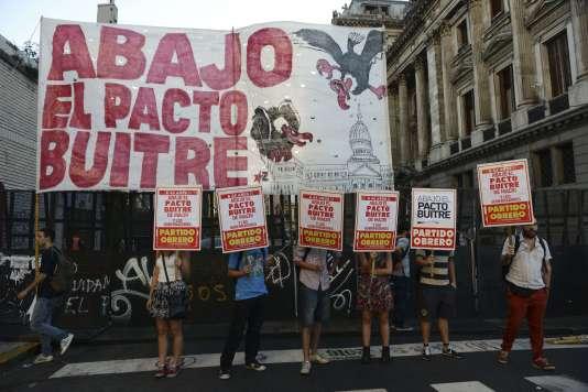 """Des manifestants devant le Sénat argentin, mardi, s'opposait à un accord avec les fonds spéculatifs qualifiés de """"fonds vautours""""."""