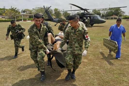 Des soldats colombiens transportent un membre blessé de l'ELN, la seconde rébellion du pays, lors d'une opération le 20 février 2016.