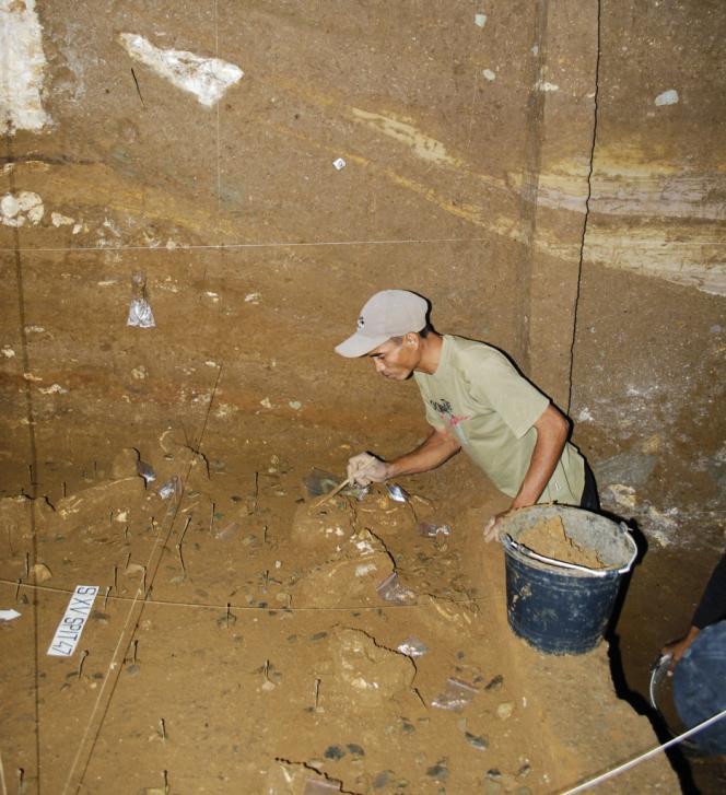 De nouvelles fouilles, conduites entre 2007 et 2014 par une équipe internationale, ont montré que la stratigraphie complexe de la grotte avait pu induire les chercheurs en erreur.