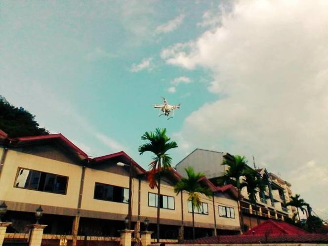 Un drone survole une zone urbaine.