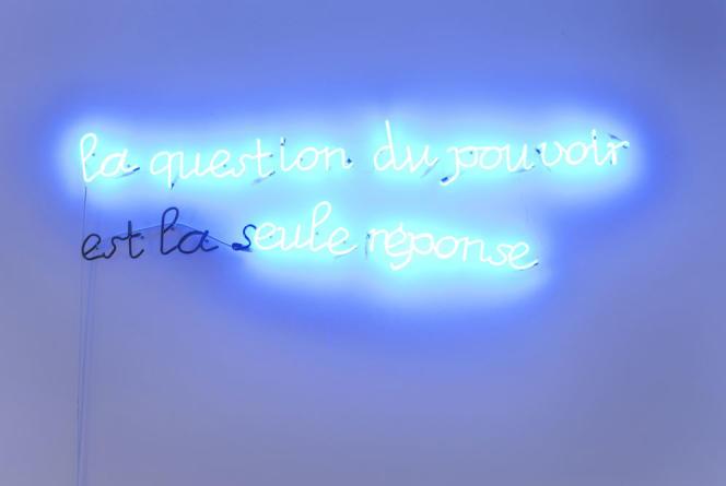 « La question du pouvoir est la seule réponse », 2007, néon.