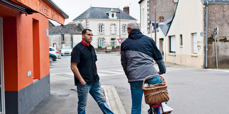 Au cours de la matinée, Riverains et commercants discutent sur le trottoir. Notre Dame des Landes, mars 2016.