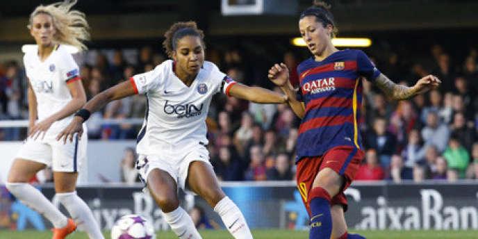 La Parisienne Laura Georges aux prises avec la Catalane Jennifer Hermoso lors du match aller de la Ligue des champions féminine, le 23 mars au Mini Estadi de Barcelone.