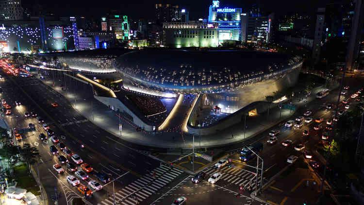 Inauguré en 2014, à Séoul (Corée du Sud), le Dongdaemun Design Plaza est sa dernière réalisation. Il s'agit d'un gigantesque complexe multifonction, érigé au cœur du quartier le plus fréquenté de la capitale sud-coréenne.