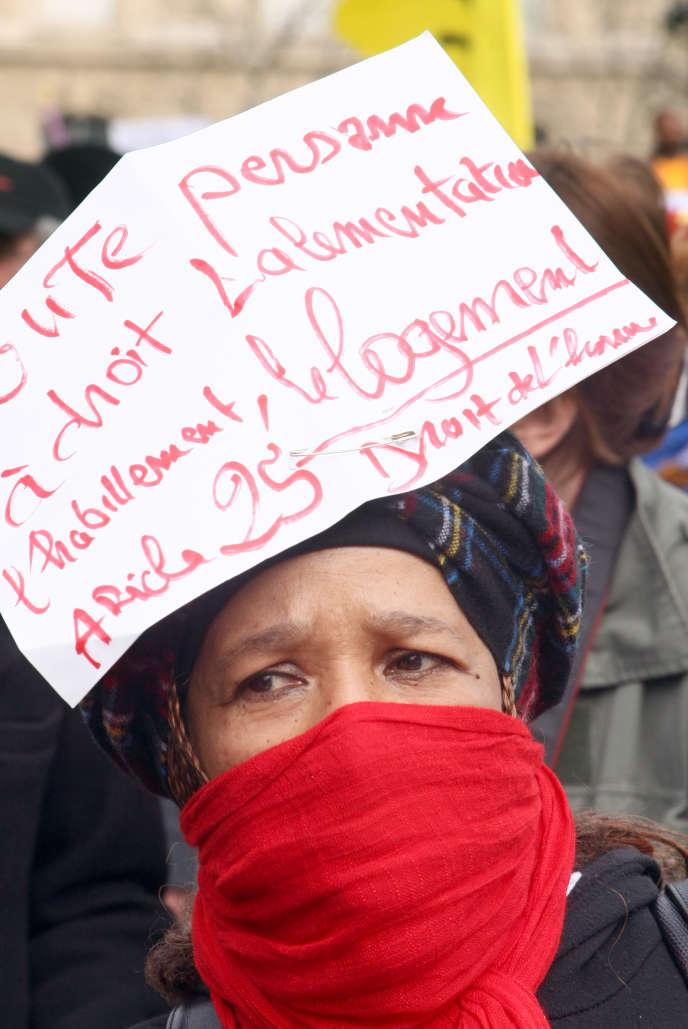 Des personnes manifestent, le 15 mars 2008, place de la République à Paris, en faveur du droit au logement à la veille de la fin de la trêve hivernale des expulsions locatives. Une trentaine d'associations, comme le DAL (Droit au logement), le CAL (Comité action logement) ou Jeudi noir, avaient appelé à cette manifestation pour souligner l'absurdité d'un système qui met à la rue des personnes que la loi sur le droit au logement opposable oblige à reloger.