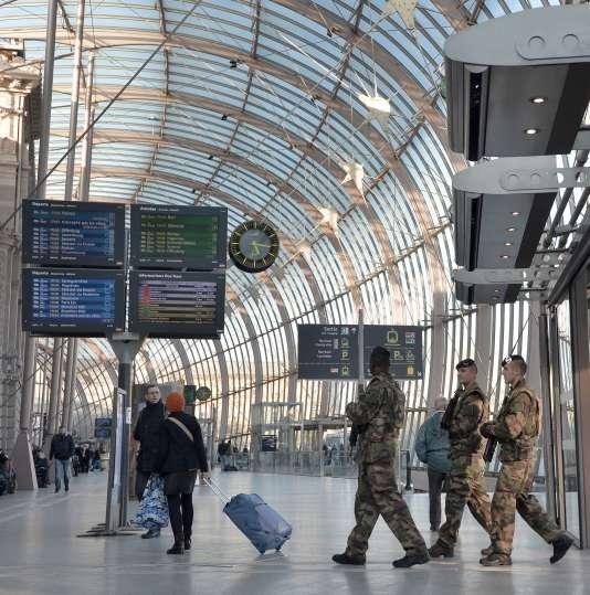 Des soldats français en patrouille à la gare de Strasbourg, le 22 mars.