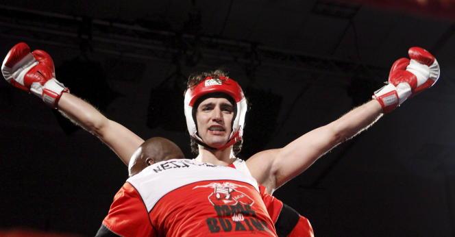 Le 31 mars 2012, à Ottawa, Justin Trudeau, alors député du Parti libéral, sort victorieux d'un match de boxe caritatif.