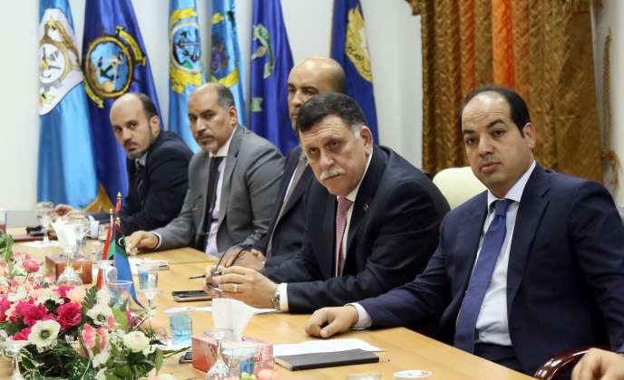 Le premier ministre libyen soutenu par les Nations unies, Faïez Sarraj (le deuxième à droite) le 31 mars à Tripoli.