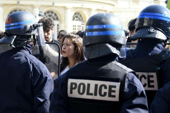 Une manifestante lycéenne face aux CRS lors d'une manifestation contre la loi El Khomri à Rennes, le 17 mars 2016.
