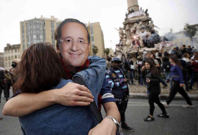 Un manifestant porte un masque à l'effigie de François Hollande, à Marseille.