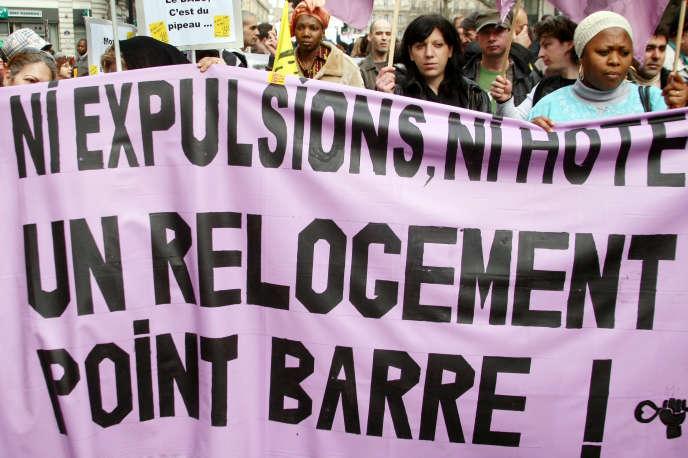 Des personnes manifestent, le 15 mars 2008, place de la République à Paris, en faveur du droit au logement à la veille de la fin de la trêve hivernale des expulsions locatives. Une trentaine d'associations, comme le Dal (Droit au logement), le Cal (Comité action logement) ou Jeudi Noir, avaient appelé à cette manifestation pour souligner l'absurdité d'un système qui met à la rue des personnes que la loi sur le droit au logement opposable oblige à reloger.   AFP PHOTO JOEL SAGET / AFP / JOEL SAGET