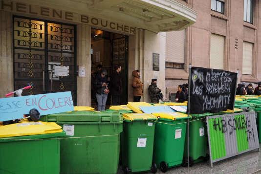 Blocus des lycéens devant le lycée Hélène Boucher, à Paris, le 31 mars 2016.