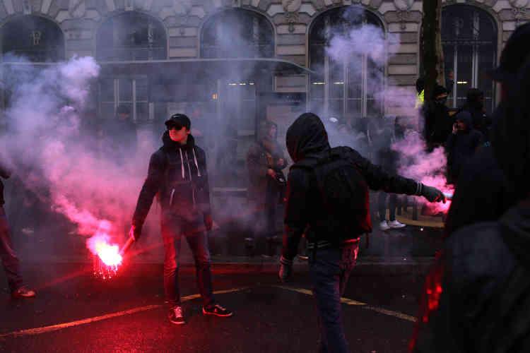 Dans une ambiance tendue, certains manifestants ont lancé des projectiles sur les forces de l'ordre.