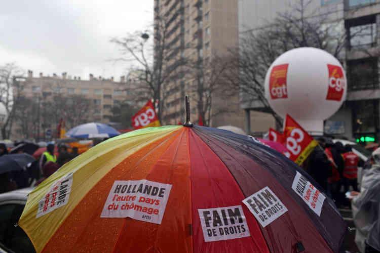 Le cortège parisien, rassemblant plusieurs milliers de personnes, s'est élancé vers 13 h 30, sous une grosse pluie.