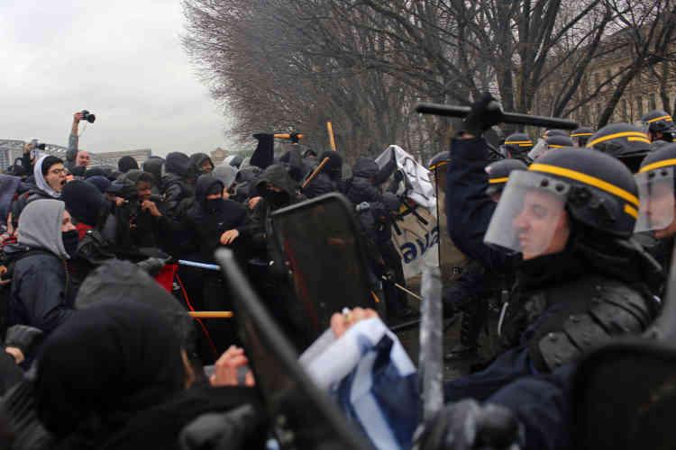 Des échauffourées ont éclaté, en particulier devant la gare de Lyon et au niveau du pont d'Austerlitz. Des abribus ont été cassés, des vitrines endommagées et du mobilier urbain arraché sur le passage des manifestants.