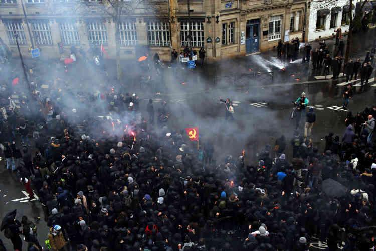Plus d'un millier de lycéens ont commencé à défiler en fin de matinée à Paris.