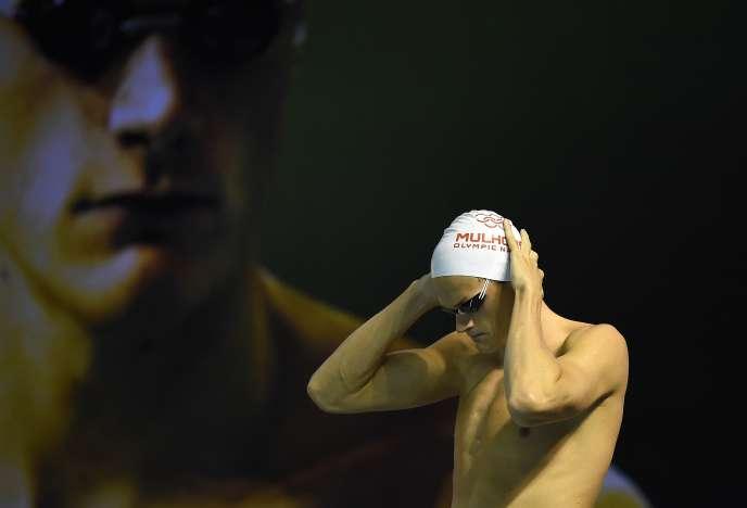 Yannick Agnel, sur fond de Yannick Agnel, avant la finale du 200 m des championnats de France de natation à Montpellier, le 30 mars 2016.