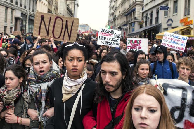 Une étude publiée dimanche affirme que 56% des Français ont approuvé la journée d'action du 31mars (ici à Lyon) et que 51% souhaite un retrait du texte.