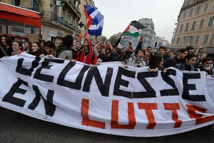 Un rapport publié jeudi par France Stratégie souligne, par de multiples indicateurs, la dégradation de la situation des jeunes par rapport aux autres catégories d'âge. (En photo : manifestation à Marseille le 31 mars contre le projet de loi travail.)