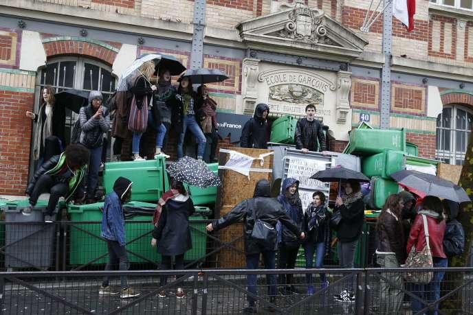 Devant le lycée Georges-Brassens, dans le 19e arrondissement de Paris, jeudi 31 mars.