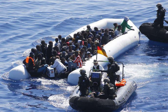 Un sauvetage mené dans le cadre de l'operation «Sophia»en Méditerranée, au large de la Libye, en mars 2016.