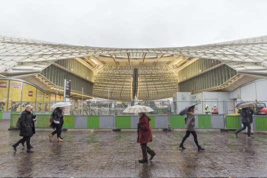 Vue de la Canopée des Halles de Paris, réalisée par Patrick Berger et Jacques Anziutti, un jour de pluie.