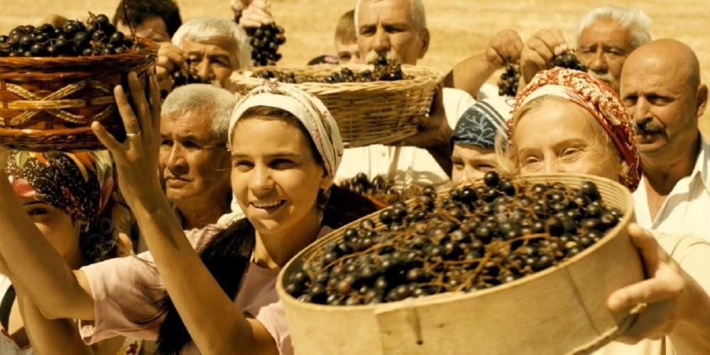 Les journalistes de la rubrique Cinéma du « Monde » n'ont pas pu voir cette comédie dramatique autour du personnage d'un instituteur français d'origine turque envoyé par la Communauté européenne dans un petit village des Tatars de Crimée, installé en plein milieu du rude plateau anatolien.