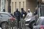 La police française et les experts de la police scientifique, à l'entrée de l'appartement occupé par Reda Kricket à Argenteuil en région parisienne, après l'opération menée le 25 mars 2016 après l'arrestation du suspect.