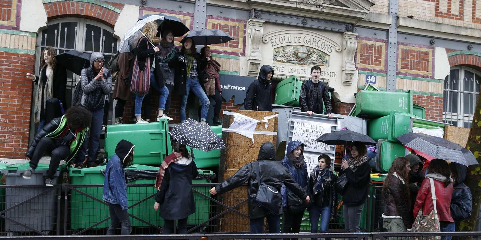 Etudiants mobilisés devant le lycée Georges Brassens, à Paris (19e arrondissement), le 31 mars.