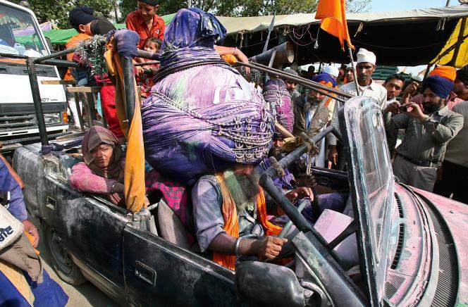 Lors d'une célébration sikhe, à Nihang, dans le nord de l'Inde, un homme porte un turban de 650m de long.