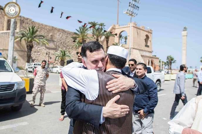 Photo issue de la page Facebook officielle de Faïez Sarraj, qui est ici félicité par un Libyen le 1er avril à Tripoli.