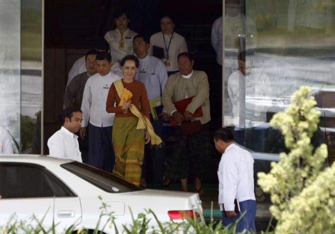 Aung San Suu Kyi, au centre, sort du ministère des affaires étrangères à  Naypyidaw,  vendredi 1er avril.