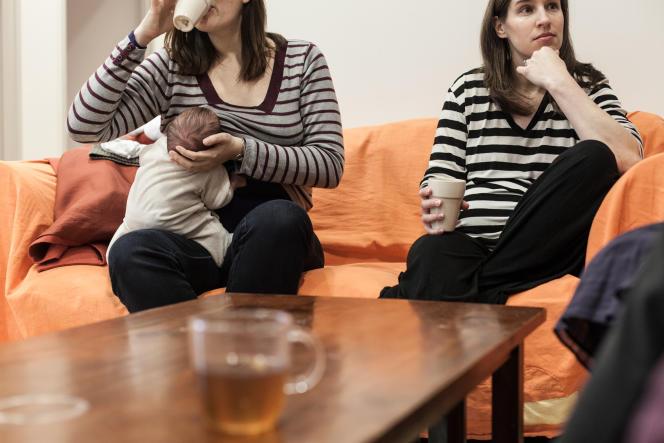 Futures et toutes jeunes mamans se retrouvent dans la salle commune du CALM pour boire un thé et partager leurs expériences en attendant leurs consultations.