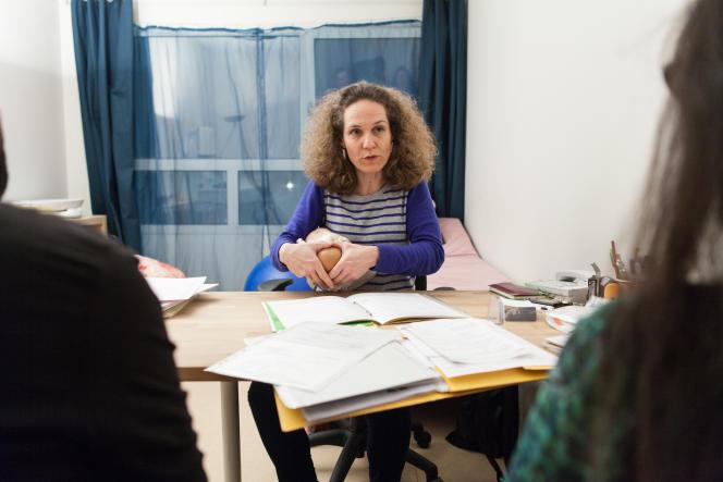 Corinne Adler refait un point sur la sortie du bébé avec Orianne et son conjoint, à l'association CALM, à Paris.