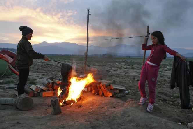 Des migrants à la frontière entre la Grèce et la Macédoine, le 1er avril 2016.