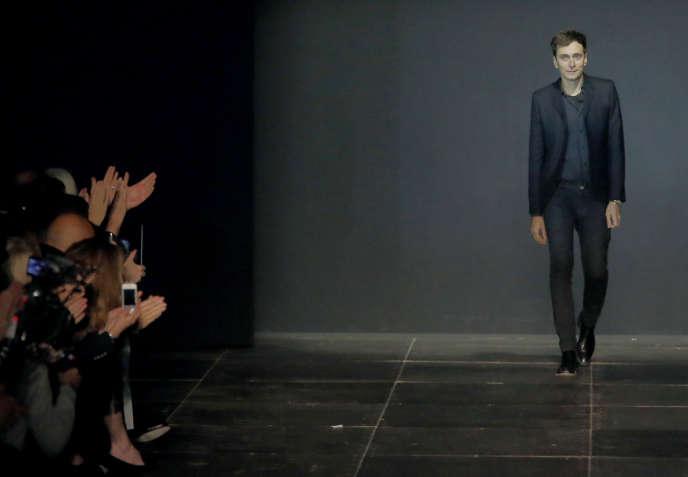 Hedi Slimane, le directeur de la création et de l'image de Saint Laurent, lors de la présentation de la collection prêt-à-porter printemps-été 2013, le 1er octobre 2012, à Paris.