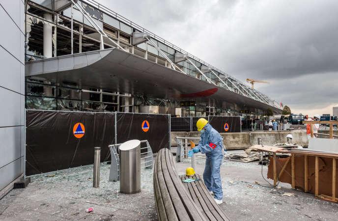 Un membre de la police scientifique travaille devant l'aéroport de Zaventem à Bruxelles le 23 mars 2016.
