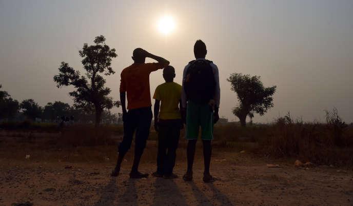 Trois enfants se disant victimes ou témoins d'agressions sexuelles perpétrées par des soldats de la force Sangaris dans le camp de Mpoko à Bangui le 11 février 2016.