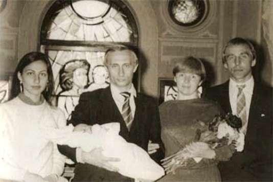 Vladimir Poutine (au centre), avec Maria, sa dernière-née, dans les bras. A ses côtés, Lioudmila, sa femme, bouquet de fleur en main. De part et d'autre du couple, les parrain et marraine du bébé, Sergueï et Irina Roldouquine.