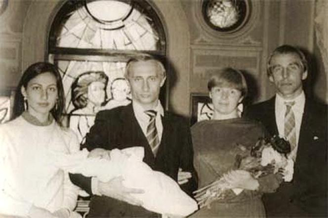Au centre, Vladimir Poutine, avec Maria, sa dernière-née dans les bras. A ses côtés, Lioudmila, bouquet de fleur en main. De part et d'autre du couple, les parrain et marraine du bébé, Sergueï et Irina Roldouguine.